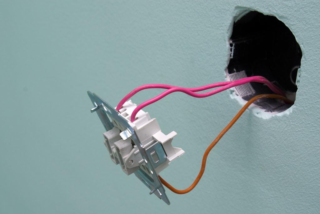 Rasklyuchenie Glühbirne und Schalter. Den Schalter selbst einstellen