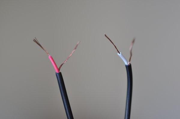 So verbinden Sie den Lautsprecher über Kopfhörer mit dem Stecker. So ...
